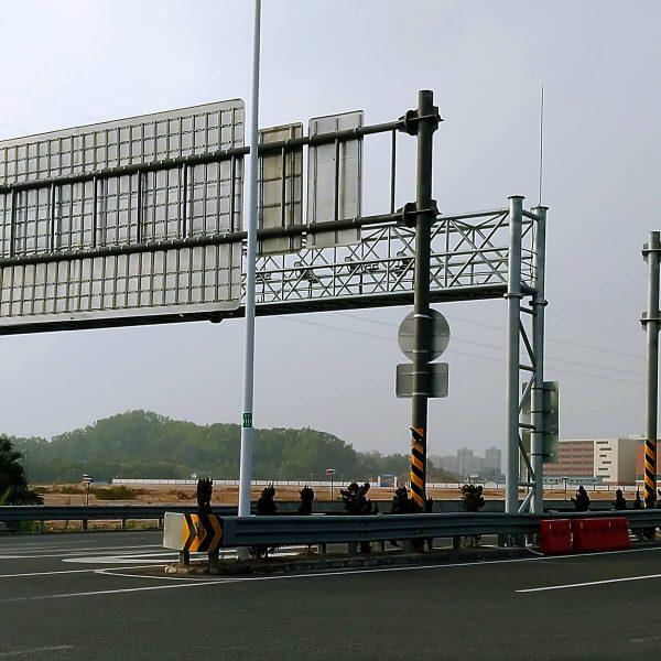Traffic facilities gantry